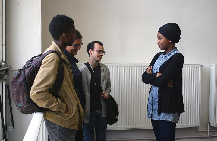 Aminata Kane, étudiante bénévole en année de césure, rassure trois étudiants de 1ère année