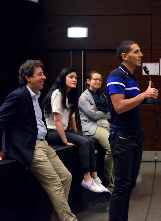 Karim El Fezzazi, étudiant en DEGEAD 2 et bénévole, prodigue ses conseils